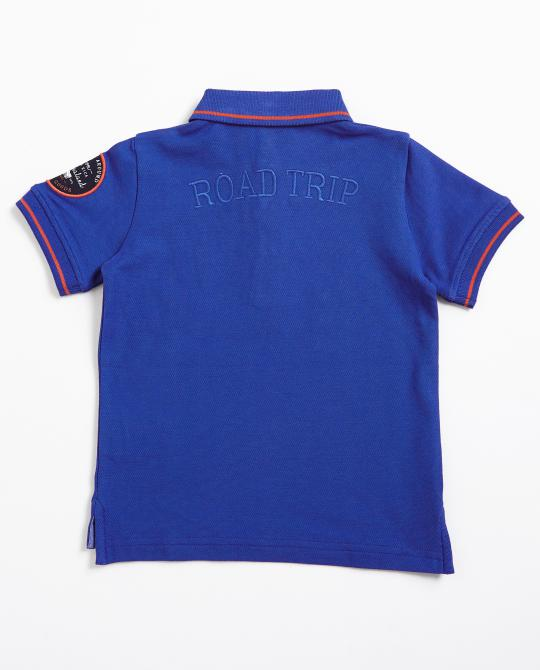 leuchtendblaues-polo-mit-patches
