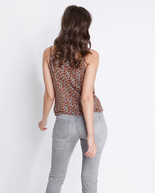 soepele-top-met-retroprint
