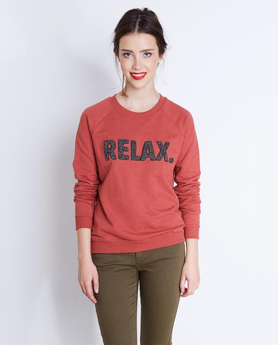 donkerroze-sweater-met-patches