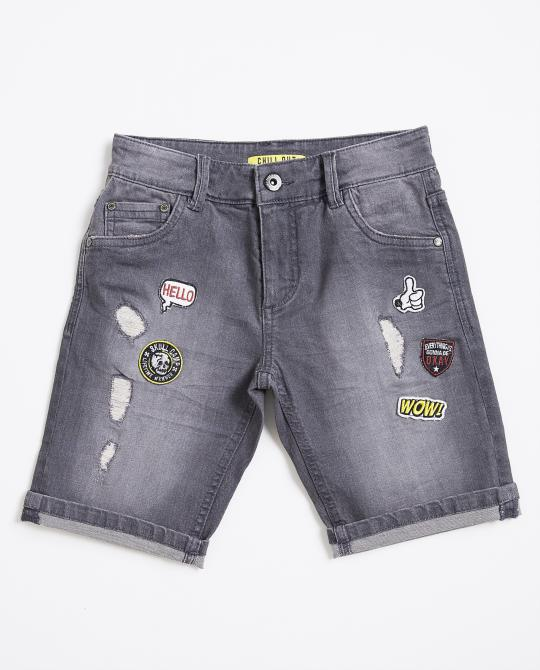 graue-jeansshorts-mit-patches