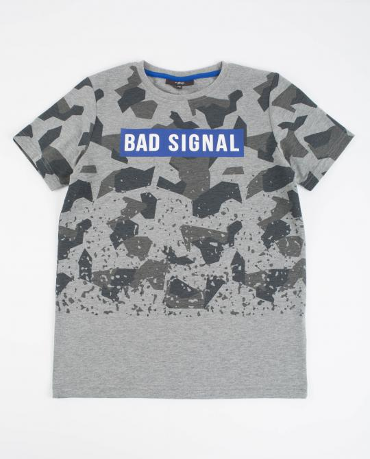 graues-t-shirt-mit-camouflage-print