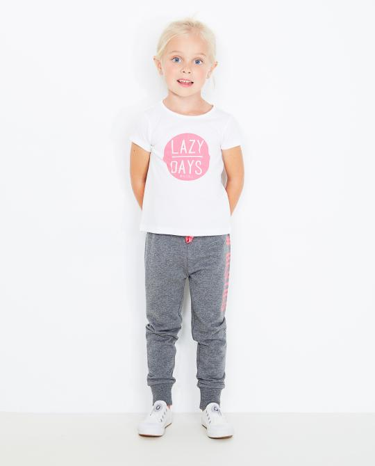 weisses-t-shirt-mit-rosa-print
