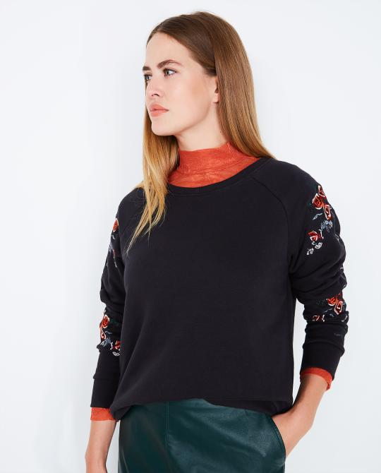 zwarte-sweater-soaked-in-luxury